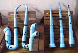 Clarinetes e saxofones feitos de tubo de PVC